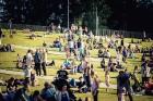 Mežaparka Lielajā estrādē 15 000 kvadrātmetros, kurus sedz zaļa zālīte, bija unikāla iespēja pirmo reizi atpūsties Latvijā lielākajā piknikā un vienla 18