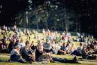 Mežaparka Lielajā estrādē 15 000 kvadrātmetros, kurus sedz zaļa zālīte, bija unikāla iespēja pirmo reizi atpūsties Latvijā lielākajā piknikā un vienla 23