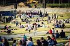 Mežaparka Lielajā estrādē 15 000 kvadrātmetros, kurus sedz zaļa zālīte, bija unikāla iespēja pirmo reizi atpūsties Latvijā lielākajā piknikā un vienla 24