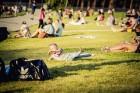 Mežaparka Lielajā estrādē 15 000 kvadrātmetros, kurus sedz zaļa zālīte, bija unikāla iespēja pirmo reizi atpūsties Latvijā lielākajā piknikā un vienla 25