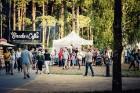 Mežaparka Lielajā estrādē 15 000 kvadrātmetros, kurus sedz zaļa zālīte, bija unikāla iespēja pirmo reizi atpūsties Latvijā lielākajā piknikā un vienla 26