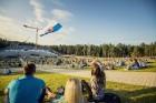 Mežaparka Lielajā estrādē 15 000 kvadrātmetros, kurus sedz zaļa zālīte, bija unikāla iespēja pirmo reizi atpūsties Latvijā lielākajā piknikā un vienla 1