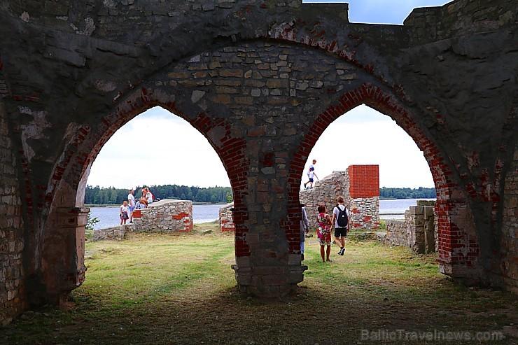 Līdz septembra vidum ar sausām kājām var aizkļūt uz Meinarda salu un senāko mūra ēku Latvijā