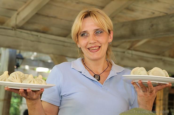 Travelnews.lv izbauda garšīgas un bagātīgas pusdienas restorānā «Chveni Ezo», kas atrodas uz ziemeļiem no Tbilisi