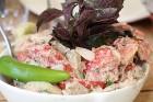 Travelnews.lv izbauda garšīgas un bagātīgas pusdienas restorānā «Chveni Ezo», kas atrodas uz ziemeļiem no Tbilisi 13