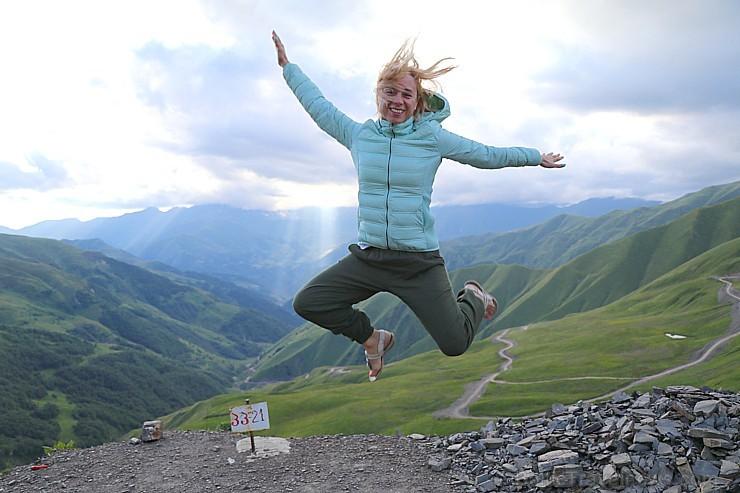 Cilvēki kalnos priecājas kā mazi bērni. Atbalsta: Georgia.Travel