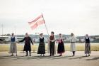 Lidostā Rīga vairāk nekā 100 dejotāju uz lidostas skrejceļa izdejoja vienu no cēlākajām latviešu nacionālajām dejām – Gatves deju 18