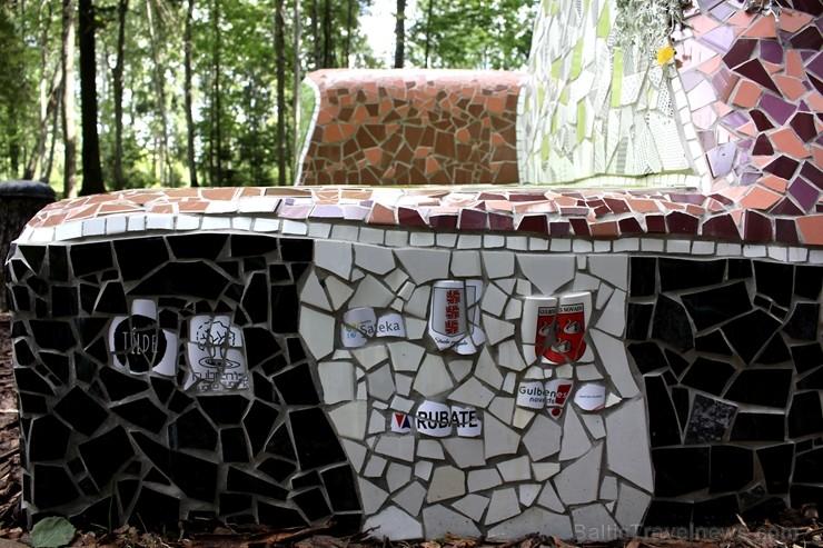 Gulbenes novadā Stradu pagasta esošajā Stāķu parkā, ir izvietots dīvāns, atpūtas krēsls un galds, uz kura var spēlēt šahu, un tas viss veidots skaistā 263450