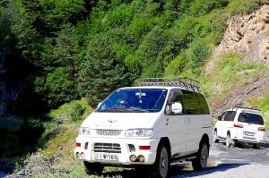 Travelnews.lv ar 4x4 mikroautobusu izbrauc Kaukāza kalnu serpentīnus. Atbalsta: Georgia.Travel 1