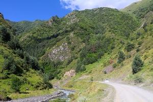 Travelnews.lv ar 4x4 mikroautobusu izbrauc Kaukāza kalnu serpentīnus. Atbalsta: Georgia.Travel 2
