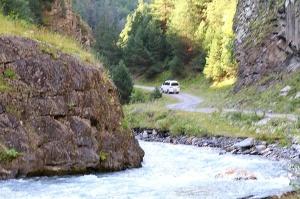 Travelnews.lv ar 4x4 mikroautobusu izbrauc Kaukāza kalnu serpentīnus. Atbalsta: Georgia.Travel 4