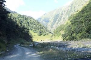 Travelnews.lv ar 4x4 mikroautobusu izbrauc Kaukāza kalnu serpentīnus. Atbalsta: Georgia.Travel 5