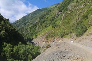 Travelnews.lv ar 4x4 mikroautobusu izbrauc Kaukāza kalnu serpentīnus. Atbalsta: Georgia.Travel 7