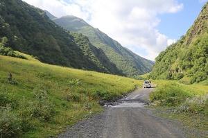 Travelnews.lv ar 4x4 mikroautobusu izbrauc Kaukāza kalnu serpentīnus. Atbalsta: Georgia.Travel 9