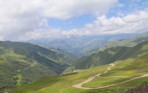Travelnews.lv ar 4x4 mikroautobusu izbrauc Kaukāza kalnu serpentīnus. Atbalsta: Georgia.Travel 48