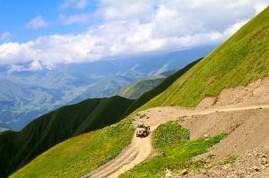 Travelnews.lv ar 4x4 mikroautobusu izbrauc Kaukāza kalnu serpentīnus. Atbalsta: Georgia.Travel 49
