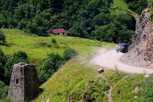 Travelnews.lv ar 4x4 mikroautobusu izbrauc Kaukāza kalnu serpentīnus. Atbalsta: Georgia.Travel 57