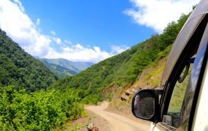 Travelnews.lv ar 4x4 mikroautobusu izbrauc Kaukāza kalnu serpentīnus. Atbalsta: Georgia.Travel 60