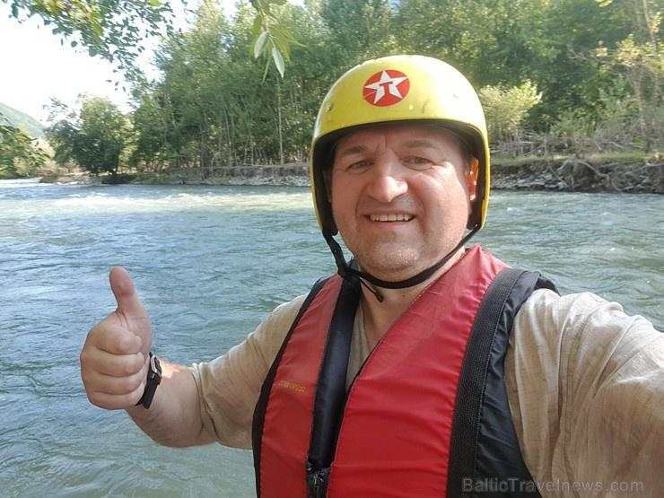 Pēc Kaukāza kalna upes raftinga ēstgriba ir milzīga. Atbalsta: Georgia.Travel