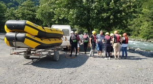 Pēc Kaukāza kalna upes raftinga ēstgriba ir milzīga. Atbalsta: Georgia.Travel 2