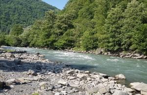 Pēc Kaukāza kalna upes raftinga ēstgriba ir milzīga. Atbalsta: Georgia.Travel 3