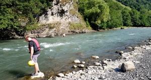 Pēc Kaukāza kalna upes raftinga ēstgriba ir milzīga. Atbalsta: Georgia.Travel 4