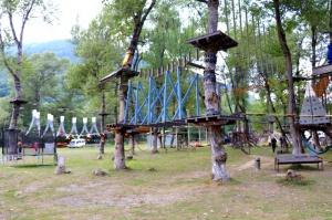 Pēc Kaukāza kalna upes raftinga ēstgriba ir milzīga. Atbalsta: Georgia.Travel 10
