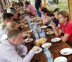 Pēc Kaukāza kalna upes raftinga ēstgriba ir milzīga. Atbalsta: Georgia.Travel 15