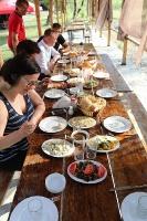 Pēc Kaukāza kalna upes raftinga ēstgriba ir milzīga. Atbalsta: Georgia.Travel 23