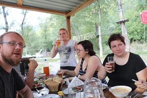 Pēc Kaukāza kalna upes raftinga ēstgriba ir milzīga. Atbalsta: Georgia.Travel 24