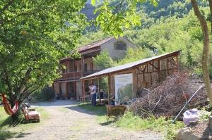 Travelnews.lv nakšņo bijušā kultūras ministra Nika Vacheishvili viesu namā, izbauda mājas vīnu un virtuvi. Atbalsta: Georgia.Travel 30