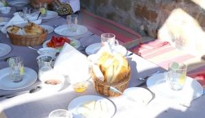 Travelnews.lv nakšņo bijušā kultūras ministra Nika Vacheishvili viesu namā, izbauda mājas vīnu un virtuvi. Atbalsta: Georgia.Travel 31