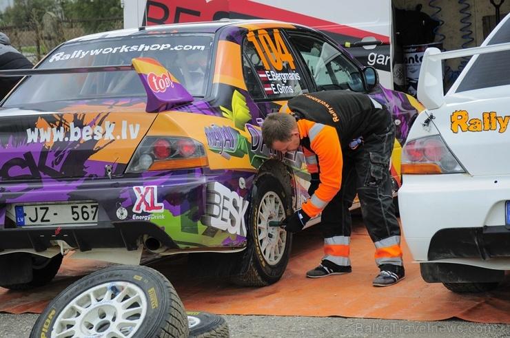 Sacensību laikā Saldū 69 ekipāžu dalībnieki veica sešus ātrumposmu 55 kilometrus garajā distancē 266256