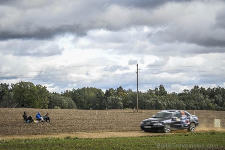 Sacensību laikā Saldū 69 ekipāžu dalībnieki veica sešus ātrumposmu 55 kilometrus garajā distancē