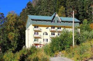 Travelnews.lv divas naktis nakšņo vienkāršā, bet viesmīlīgā Dombaja viesnīcā «Elbrus». Atbalsta: Magtur 1