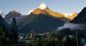 Travelnews.lv divas naktis nakšņo vienkāršā, bet viesmīlīgā Dombaja viesnīcā «Elbrus». Atbalsta: Magtur 2