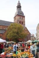 Rīgas Doma laukumā Miķeltirgus piesaista lielu apmeklētāju un pilsētas viesu skaitu