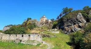 Travelnews.lv apmeklē darbojošu 10. gadsimta kristiešu Šoanina dievnamu osetīņu ciemā. Atbalsta: Magtur 5
