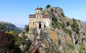 Travelnews.lv apmeklē darbojošu 10. gadsimta kristiešu Šoanina dievnamu osetīņu ciemā. Atbalsta: Magtur 12