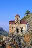 Travelnews.lv apmeklē darbojošu 10. gadsimta kristiešu Šoanina dievnamu osetīņu ciemā. Atbalsta: Magtur 13
