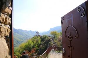 Travelnews.lv apmeklē darbojošu 10. gadsimta kristiešu Šoanina dievnamu osetīņu ciemā. Atbalsta: Magtur 20