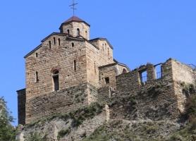 Travelnews.lv apmeklē darbojošu 10. gadsimta kristiešu Šoanina dievnamu osetīņu ciemā. Atbalsta: Magtur 28