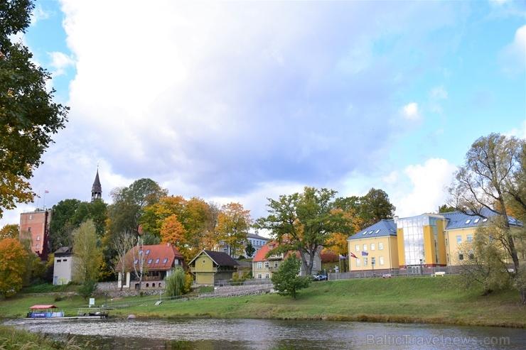 Ceļotājus Valmierā sagaida krāšņs rudens, kas ik dienu arvien vairāk rotā pilsētu