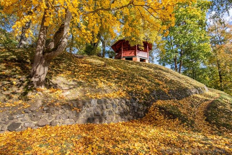 Valmieras pilsēta rotājas rudens zeltā