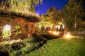 Vienkoču parkā norisinājās Uguns Nakts, kura mērķis ir vienu īso rudens dienu padarīt ilgāk gaišu, dot iespēju uzlādēt sevi ar sveču gaismu un siltumu 1
