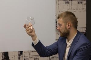 Ar īpašu ekskursiju atzīmē pirmo pusgadu, kopš plašākai sabiedrībai iespējams aplūkot Baltijā lielākās alkoholisko dzērienu ražotnes Latvijas balzams