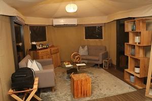Travelnews.lv nakšņo luksus klases teltī, ko piedāvā «Kingfisher Lodge». Atbalsta: VisitSharjah.com un Novatours.lv 9