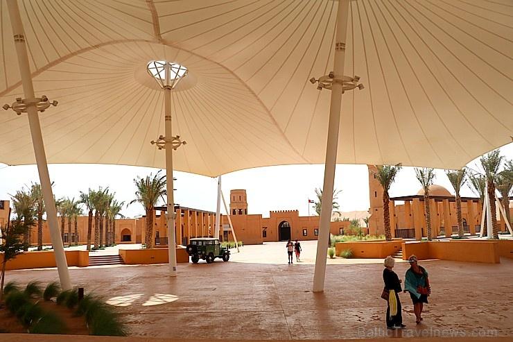Tuksnesī apmeklējam un pusdienojam Šārdžas emirātu viesnīcā «Al Badayer Oasis», kas pieder emirāta īpašo naktsmītņu kolekcijai «Mysk  Sharjah Collecti