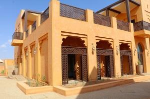Tuksnesī apmeklējam un pusdienojam Šārdžas emirātu viesnīcā «Al Badayer Oasis», kas pieder emirāta īpašo naktsmītņu kolekcijai «Mysk  Sharjah Collecti 3