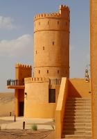 Tuksnesī apmeklējam un pusdienojam Šārdžas emirātu viesnīcā «Al Badayer Oasis», kas pieder emirāta īpašo naktsmītņu kolekcijai «Mysk  Sharjah Collecti 9
